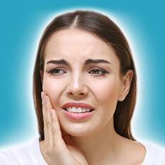 Piękna młoda kobieta cierpi naból zęba