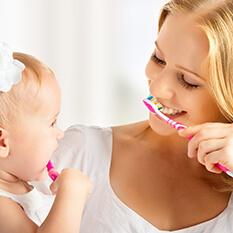 Matka icórka razem szczotkują zęby