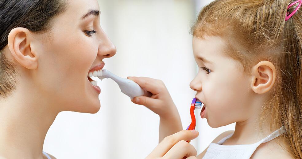 Mama icórka myją zęby